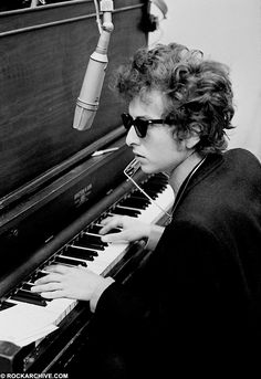 ♡♥Bob Dylan plays the piano in NY in 1965 - click on pic to see a larger pic♥♡