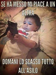 Bambino a letto con il cellulare in mano