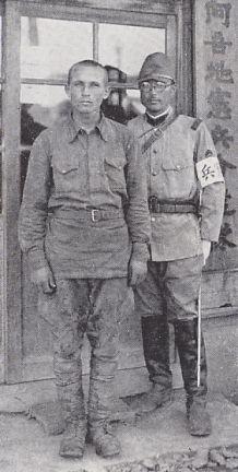 張鼓峰事件において捕虜となったソ連労農赤軍兵士と写る憲兵上等兵(阿吾地憲兵分遣隊、1938年)
