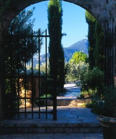 The fun of La Bastide de Moustiers is that it is a real experience in which you feel you are learning something about traditional Provence: its prevailing architecture, its landscape and its cuisine.