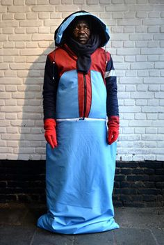 Fashion designer Bas Timmer has used abandoned tents to create the Sheltersuit jackets that turn into waterproof sleeping bags for homeless people Homeless Bags, Homeless People, London College Of Fashion, Graphic Sweaters, Warm Coat, Shelter, Fashion Design, Kids Fashion, How To Wear