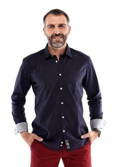 """Chemise Homme à motifs imprimés vignes / grappes de raisins style casual chic habillé matière popeline - couleur bleu marine et imprimé bordeaux - """"Grand Cru N°1"""" - à porter au quotidien ou pour vos soirées d'épicurien en ville, bar, restaurant etc. conseils mode : à porter avec un blue jean classique pour un style plus décontracté ou un pantalon noir et une veste / manteau à ton uni - col français - du M au 3XL - Mannequin Homme produit porté - Hanjo, le vestiaire des épicuriens"""