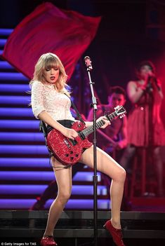 Taylor Swift RED Tour I LOVE her outfit and style is just sooo PRETTY! The guitar is sooooo cool! Taylor Swift Red Tour, Estilo Taylor Swift, Swift Tour, Taylor Swift Outfits, All About Taylor Swift, Taylor Swift Hot, Live Taylor, Taylor Swift Style, Red Taylor