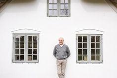 Sylts Vorzeigearchitekt Hellwig Hofmann vor einem sanierten Hof in Keitum