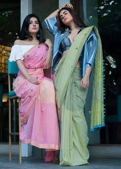 Presenting yourself to the buddies in a completely different way is something which is exciting. But you should carry on the same style, in a unique way. In a place like India, we mostly prefer wearing saree on farewell. Sari Design, Saree Wearing Styles, Saree Styles, Indian Attire, Indian Ethnic Wear, Indian Dresses, Indian Outfits, Ethnic Outfits, Modern Saree