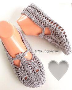 #hayırlısabahlar 🙋🏻💝💝💝 Sevgili  @10marifet  bu hafta #grimarifet  etkinliği düzenlemiş bizede katılmak düşer #selametle . . . #ip… Crochet Sandals, Crochet Art, Crochet Slippers, Crochet Stitches, Crochet Slipper Pattern, Crochet Patterns, Crochet Hooded Scarf, Knit Shoes, Knitting Videos