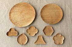 兵庫県小野市の「工房えらむ」から、 木でつくられたパン皿と豆皿が入荷しました。 彫刻刀やのみなどを用いて、木を手で彫る 「刳りもの(くりもの)」という手法でつくられた木の器。 つくっているのは、兵庫県小野市にて 「工房えらむ」を主宰する田中陽三さんです... Diy And Crafts, Arts And Crafts, Wood Toys, Wabi Sabi, Wood Carving, Spoon, Fence, Tray, Woodworking