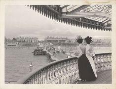 Twee vrouwen op de pier bij Clacton on Sea, anonymous, 1880 - 1920 - Rijksmuseum Antique Photos, Vintage Photographs, Vintage Images, Old Photos, Butlins Holidays, 1920s, Seaside Holidays, Victorian Life, New York Photos