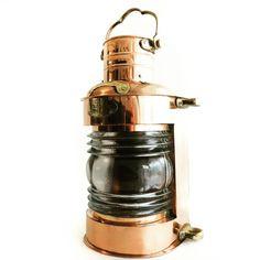 dawne lampy żeglarskie z mosiądzu, stylowe mosiężne lampy okrętowe, naftowe lampy nawigacyjne ⛵️ dawniej wskazywały drogę do portu, oświetlały maszty i burty wielkich żaglowców, współcześnie piękna dekoracja marynistyczna, 🎁 nietuzinkowy żeglarski prezent, morski upominek, niepowtarzalny element marynistycznego wystroju wnętrz  🌏 https://sklep.marynistyka.pl/mosiezne-lampy-nawigacyjne-c-8.html