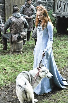 Sophie Turner as Sansa Stark In Game of Thrones with her Direwolf, Lady - Season 1 Sansa Stark, Arya Stark Season 1, Bran Stark, Ned Stark, Costumes Game Of Thrones, I Love Cinema, Bow Games, Game Of Thrones Sansa, Photo Games