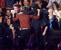 BEST NEW ARTIST!!!!!!!! oh my crapping heck! I was screaming! Look at niall's hairrrrrr!! :)))) LOOOVE!