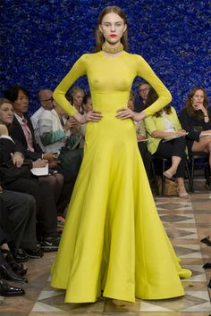 Na semana de alta-costura de Paris, Raf Simons faz estreia contida como diretor criativo à frente da Dior
