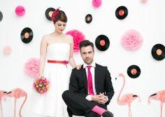 noni- rocknroll Brautpaar mit rockabilly Hochzeitskleid und farbigem Gürtel, pinke Krawatte für den Bräutigam passend zum Brautkleid mit Farbe (Foto: Le Hai Linh, Violeta Pelivan, Hanna Witte) (http://www.noni-mode.de)