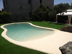 Preciosa piscina de arena situada en el jardín de una vivienda unifamiliar de Torrelodones. Tiene una amplia playa realizada con arena natural compactada. #piscinadearena #piscina #arenanatural #arena