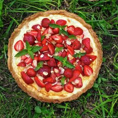 Když si pospíšíte, tak k svátečnímu obědu možná stihnete upéct jednoduchý koláč s jahodami z křehkého mandlového těsta s krémovou ná...