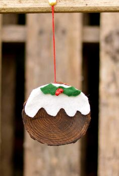 How To Make A Christmas Pudding Wood Slice Ornament Pillar Box Blue This is a really fun and simple 10 minute Christmas craft. Make a wood slice ornament that looks just like a Christmas pudding. They can even be used tags. Christmas Ornament Crafts, Christmas Crafts For Kids, Christmas Activities, Diy Christmas Ornaments, Christmas Art, Handmade Christmas, Holiday Crafts, Christmas Ideas, English Christmas