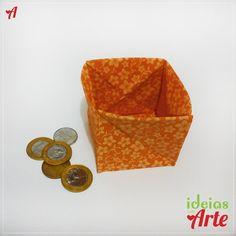 """Dimensões 7 x 7 cm (fechado) / 7 x 7 x 7 cm (aberto)    Porta-moedas feito em tecido impermeabilizado, sem cortes e costuras, utilizando a técnica de dobradura orinuno (ORI = dobrar e NUNO = tecido).    Para quem vive perdendo moedas pela bolsa ou nos bolsos, esse porta moedas é bem útil. Só descruzar as abas que ele vira uma espécie de """"caixinha"""", você coloca as moedas e fecha as abas novamente.    Cuidados com a peça: Para limpar passe uma escovinha macia umedecida, sem encharcar a peça."""