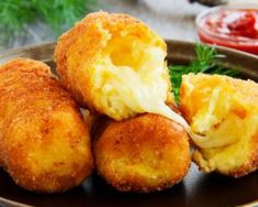 Few genuine ingredients, a little imagination and this is a delicious dish to serve to your friends. Potato croquettes with heart of mozzarella are perfect for a starter, or to accompany seconds. Crispy and tasty, you'll lose count of how many you'll eat! Tapas, Fingers Food, Vegetarian Recipes, Cooking Recipes, Good Food, Yummy Food, Salty Foods, Tasty Dishes, Healthy Snacks