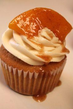 Southern Peach Cobbler, Thanksgiving Cupcakes, Thanksgiving Prayer, Pavlova, Köstliche Desserts, Delicious Desserts, Plated Desserts, Mini Cakes, Cupcake Cakes