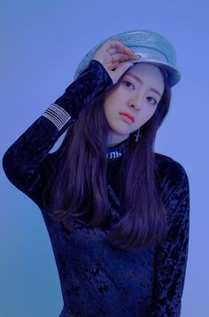 Shin Yuna: sassy cute maknae of Itzy. She also raps, is a vocalist, and dances in lead like her other teammates, as that's their concept. She plays a great visual. Kpop Girl Groups, Korean Girl Groups, Kpop Girls, Pretty Korean Girls, South Korean Girls, Site Photo, Debut Album, New Girl, Korean Singer