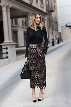 Look all black - meia estação - camisa preta detalhes + saia midi transparência guipir