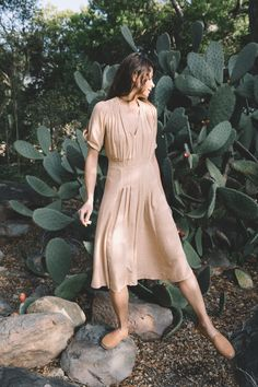 cut from a textured linen blend the poppy tea dress is nostalgic of a bygone era. perfectly feminine and flattering, it is versatile enough to take you from strolling your farmers market to dining under the stars. this natural linen blend has a touch of earthiness yet drapes softly. lined i