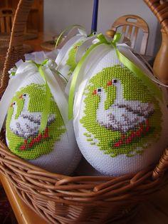 Ściborówka: Wielkanoc Cross Stitch Bird, Cross Stitch Borders, Cross Stitch Designs, Cross Stitching, Cross Stitch Patterns, Embroidery Designs, Basket Crafts, Diy Ostern, Cross Stitch Finishing