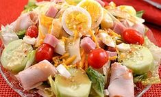 Pepperoni Avocado Caesar Salad Recipe -Enjoy a unique Caesar salad for lunch. Pepperoni, avocado and egg are unconventional ingredients that add a kick to an old favorite. Chef Salad Recipes, Summer Salad Recipes, Lunch Recipes, Soup Recipes, Cooking Recipes, Healthy Recipes, Creamy Garlic Dressing, Cooking For Two, Caesar Salad