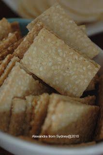 Alexandra Gasztroblogja Sydneyből: Szezámkeksz (glutén-, tej- és cukormentes, paleo) - 38. VKF! Healthy Sweets, Healthy Recipes, Paleo Bread, Crackers, Cornbread, Food And Drink, Cooking Recipes, Gluten, Cheese