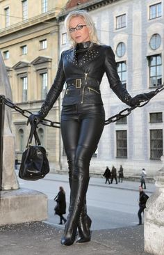 Heike - Fetish Queen in Black Lether suit. Tackled Jacket, tight trousers Gloves and Boots. Grey Fashion, Leather Fashion, Womens Fashion, Leather Trousers, Leather Gloves, Fetish Fashion, Sexy Outfits, Women Wear, Black Leather