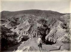 Inlanders lopen door de bergen naar de vulkaan Bromo (2392 mtr.) Tenggergebergte, Oost-Java. Indonesië (voorheen Nederlands Indië) . December 1902.
