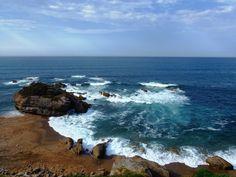 Playa de Estaño (Gijón)   Una peña la divide en  2 partes, siendo la occidental más arenosa que la oriental. Los montes cercanos la protegen de los vientos, y hacen que el sol la abandone unos minutos antes.  Suele ser muy frecuentada por aficionados al surf.