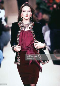 Model Carla Bruni walks the runway during the Yves Saint Laurent. Model Carla Bruni walks the runway during the Yves Saint Laurent… News Photo Women's Fashion Dresses, Hijab Fashion, Fashion 2020, Fashion Brands, Carla Bruni, Caftan Dress, Embroidery Fashion, Couture Week, Fashion Sewing