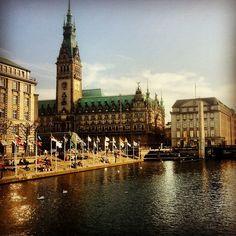 Hamburg ist die schönste Stadt der Welt. Maritim, weltoffen, lebendig, mehr Brücken als in Venedig, Parks ohne Ende, Alster und Elbe. Mit dem schönsten Sonnenuntergang über dem Hamburger Hafen.