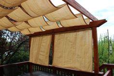 pergola en bois avec rideaux pour la terrasse extérieur avec garde-corps en bois