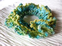 グリーン、ブルーなど寒色系の4色を組み合わせてシュシュを編みました。 涼しげで、落ち着いていて、少し大人なイメージに仕上がりました。 素材は、コットン使用、花...|ハンドメイド、手作り、手仕事品の通販・販売・購入ならCreema。