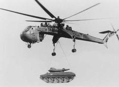 Un Tarhe llevando a la eslinga un M551 Sheridan, durante la guerra de Vietnam