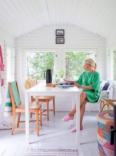 Sateisella säällä päiväkahvit juodaan sisällä. Pöytä on ostettu Ikeasta ja tuolit Kierrätys-keskuksesta.
