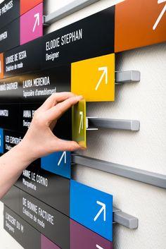 O projeto da designer Elodie Stephan integra e personaliza a identidade gráfica dos Ateliers de Paris, local de trabalho de jovens designers na capital francesa. O sistema de setorização por cor (c…
