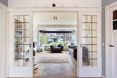 Jaren30woningen.nl | Voorbeeld van een kamer en suite met glas in lood schuifdeuren