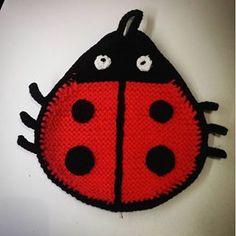 Kajahtanut #leppäkerttu #virkattu #patalappu #crochetcommunity #instacrochet #crochet #crocheted #potholder #ladybug #virkat #grytlapp #nyckelpiga