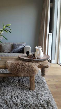 Landelijk bankje van oud hout staat in onze gang for Decoratie tafel landelijk