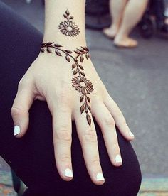 These are some of the simple Henna tattoo designs you must try. Before getting anything related to Henna done any where your body make sure you are not Simple Henna Tattoo, Henna Tattoo Hand, Henna Body Art, Lion Tattoo, Arm Tattoo, Cute Henna Tattoos, Wrist Henna, Simple Hand Henna, Henna On Hand