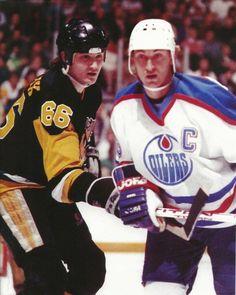 Mario Lemieux and Wayne Gretzky Ice Hockey Players, Nhl Players, Pittsburgh Sports, Pittsburgh Penguins, Mike Bossy, Mario Lemieux, Nfl Photos, Lets Go Pens, Wayne Gretzky