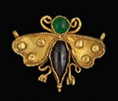 PENDANT  Gold butterfly, wings and body to grénetées set with a garnet and a chrysoprase.   Black Sea, to the 3rd century.