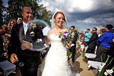 Une pluie de bulles de savon pour féliciter les nouveaux mariés!! Quelle bonne idée!!
