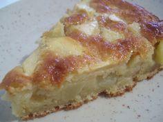 Recette de Gâteau aux pommes moelleux. Il vous faut : pommes, farine, sucre, - beurre fondu, oeufs, levure chimique, beurre pour le moule, sel