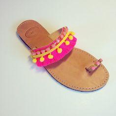 Fuchsia fringes bohemian leather sandals por Ilgattohandmade