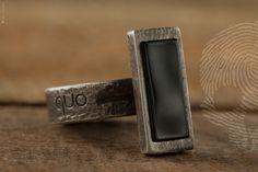 anel unissex Geo by QUO. Feito à mão, em prata 925. Design contemporâneo clean. Acabamento Rustico com pedra Onix negra em lapidação baguete. #unissex #clean #handmade