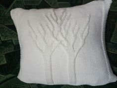 Bílý+oboustranný+polštářek+Povlak+na+polštářek+je+pletený+z+jedné+strany+stromečkovým+a+z+druhé+strany+copánkovým+vzorem+Rozměr+50+x+50+cm Throw Pillows, Bed, Toss Pillows, Cushions, Stream Bed, Decorative Pillows, Beds, Decor Pillows, Scatter Cushions